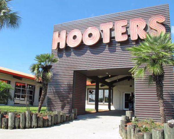 Hooters store front